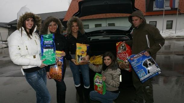 Zbrano hrano so Playboyeve zajčice prinesle v Zavetišče za zapuščene živali Ljubljana.
