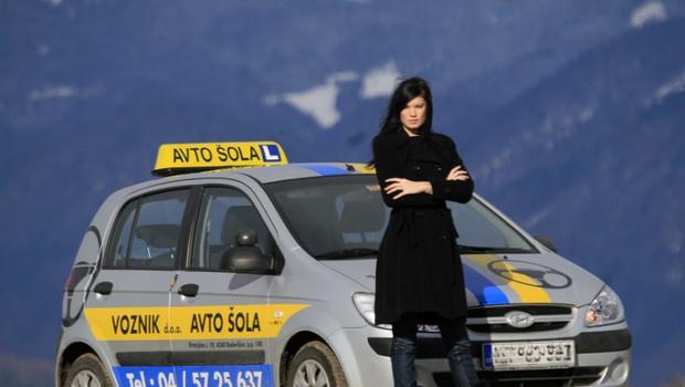 Daša ob avtomobiiu v katerem je preživela kar nekaj učnih ur vožnje. (foto: Jani Bozic)