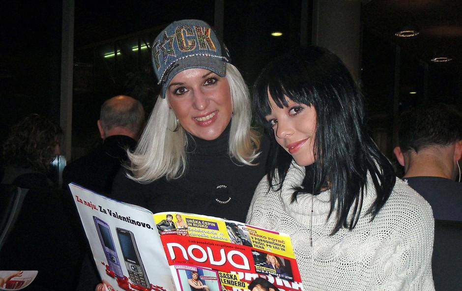 Obvezno domače branje, revija Nova, je bilo tudi v Londonu z lepotičkama Sabino in Špelo. (foto: Cveto Roš)