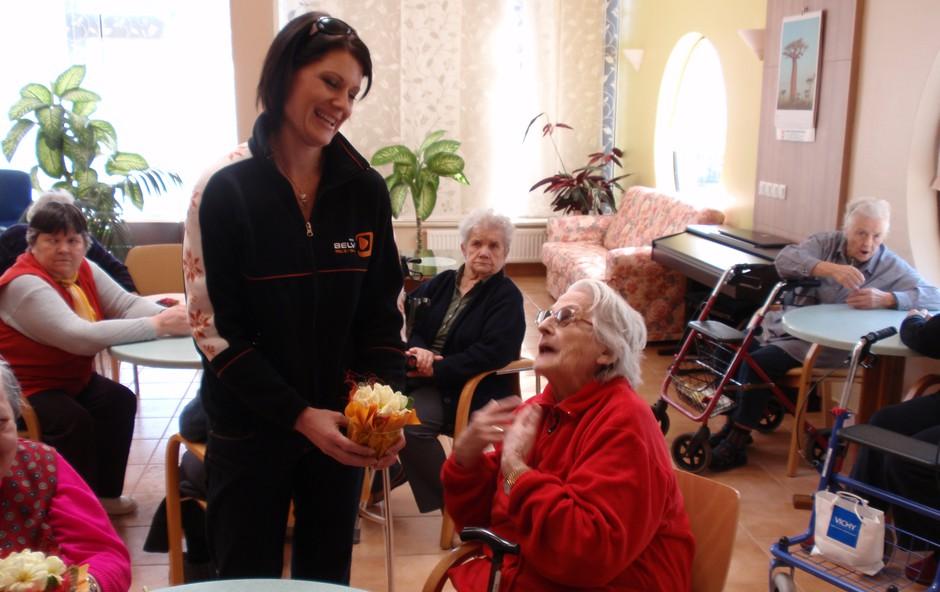 Katja kot ženska ve, kako lepo je prejeti v dar cvetje. (foto: Belvi press)
