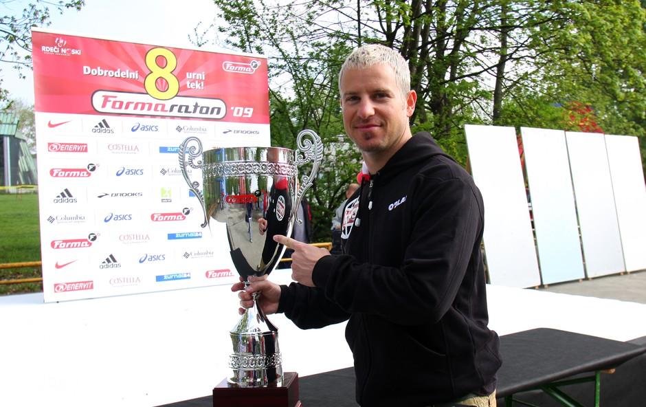 Rene Mlekuž je pred začetkom maratona prinesel velik pokal. (foto: Jasmina Hasković)