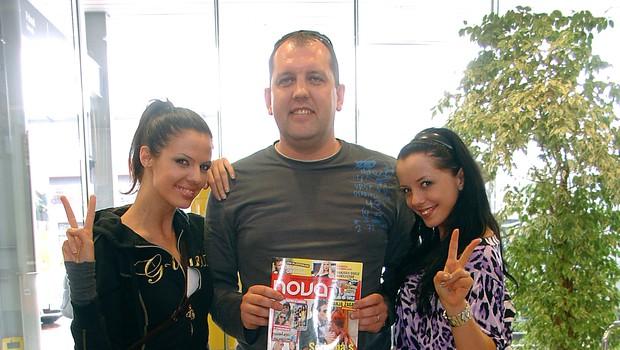 Obe Sabini in Dušan Lukič so najprej prelistali revijo Nova, v kateri so že pisali o njihovi odpravi v Singapur. (foto: Vesmin Kajtazovič)