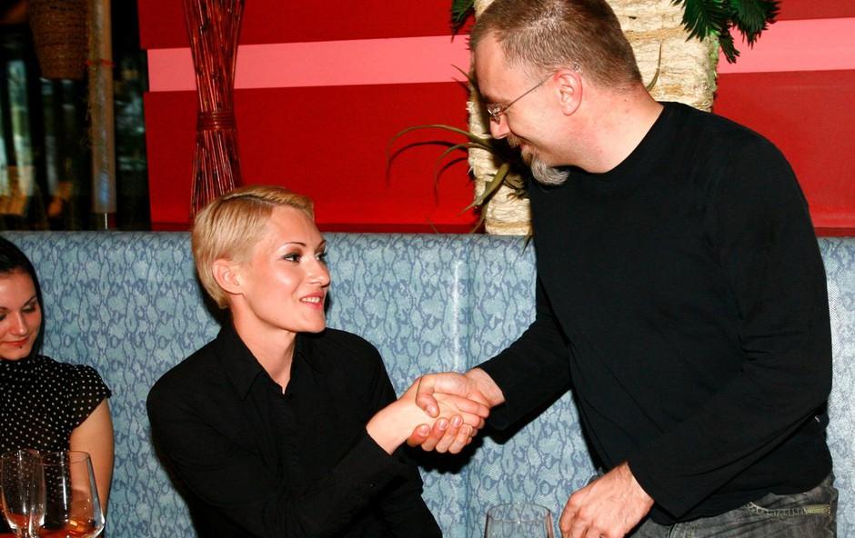 Prvi je Saneli čestital odgovorni urednik Playboya Borut Omerzel. (foto: Ivana Krešič / Playboy)