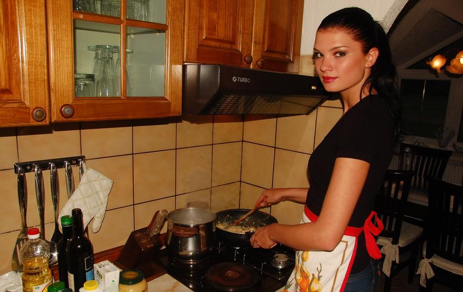 Daša se v redkih prostih trenutkih zdaj uči tudi kuhanja. (foto: DonFelipe)