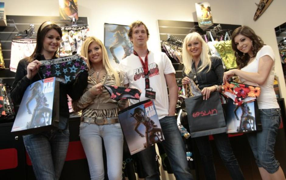 Lepotičke z lastnikom trgovine Jankom Kosom. (foto: Jani Bozic)
