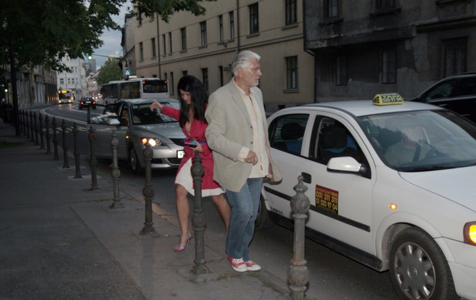 Igralčeva spremljevalka Marijana se je pripeljala s taksijem. (foto: Jani Božič)