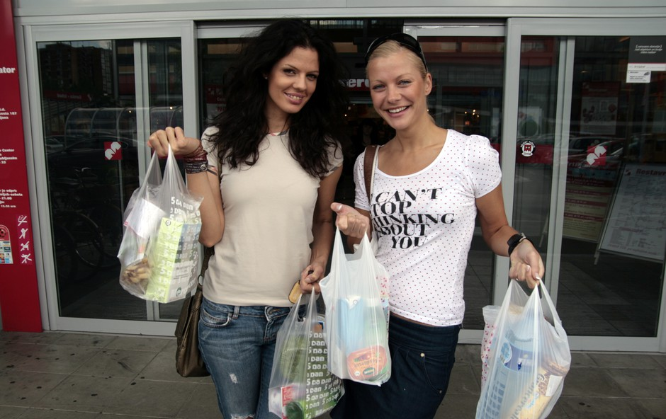 Sabina in Maja sta se po nakupih odpravili v Mercator. (foto: Jani Božič)