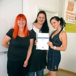 Sabina s svojima mentoricama, ki sta ji pomagali pri izobraževanju. (foto: Vesmin Kajtazovič)