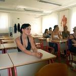 Zadnje minute v šolski klopi je Sabina poslušala besede ravnateljice. (foto: Vesmin Kajtazovič)