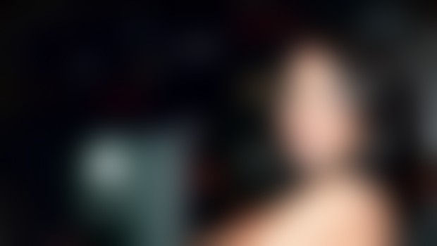 »Želeli smo prikazati prav vse, od Minnie Driver, kako gola v postelji bere besedilo, Jonnyja Leeja Millerja v kadi s svojo ženo in tudi Lindsay Lohan v spodnjem perilu.«
