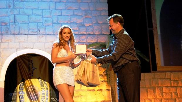 Sara med prejemom nagrade za najboljšo debitantko. (foto: DonFelipe)