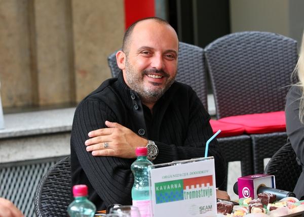 Tiskovna konferenca s Tonyjem Cetinskim pred nastopom v Križankah. 1
