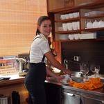 Lastnica Bio bara Jelka Šajn se je znašla tudi za pomivalnim koritom. (foto: Jasmina Hasković)