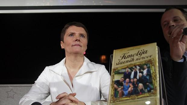 Alenka s svojo uspešnico Kmetija slavnih norcev. (foto: Foto-Vid: Jani B)