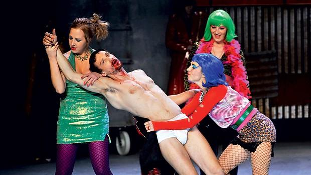 Igralec Marko Mandič na odru med predstavo pokaže kar precejšen del svojega izklesanega telesa. (foto: Peter Uhan /SNG Drama)