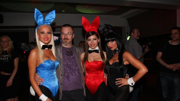 Tudi Playboyeve zajčice se počutijo varne ob odgovornemu uredniku Playboya Borutu Omerzelu. (foto: Sašo Radej)