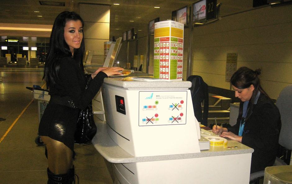 Sanja je pred odhodom prevzela svojo letalsko vozovnico. (foto: DonFelipe)