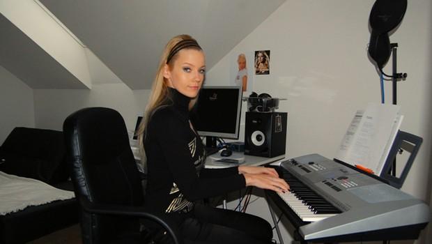Taya je klaviature dobila za rojstni dan. (foto: DonFelipe)
