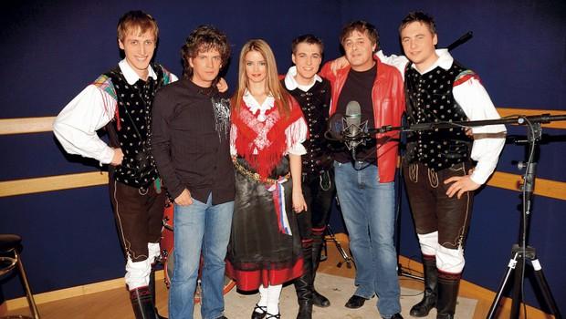 Zmagovalno skladbo letošnje Eme so zapeli Kalamari z ansamblom Roka Žlindre. (foto: Nova)