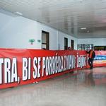 V primerjavi z 12-metrskim napisom je celo Željkič videti majhen. (foto: Aljoša Kravanja)