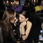 Globok pogled in globok dekolte: Nina Osenar s prijateljico Tejo. (foto: Sašo Radej)