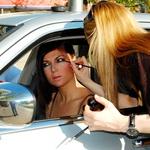 Tina V. Cavazza je kar na ulici naredila manjše popravke ličenja. (foto: DonFelipe)