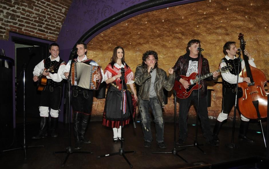 Pred začetkom tiskovne konference so člani Ansambla Žlindra in skupine Kalamari tudi zaigrali skladbo Narodnozabavni rock. (foto: Sašo Radej)