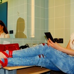 Sanja Grohar se je v lastnem jeansu v ozadju, pred začetkom, temeljito prirpavila na nastop. Njene duhotive pripombe na račun glasbenikov so priletele na plodna tla. (foto: DonFelipe)