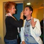 """Damjan Murko je pred nastopom """"nafehtal"""" vizažistko saške Smodej, da mu je naličila obraz. (foto: DonFelipe)"""