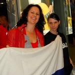 Pepijeva žena Vanessa in Saša Kozin, ki je naredila tudi koreografijo za nastop Ansambla Žlindra in Kalamaraov sta imeli s seboj celo zastavo. (foto: DonFelipe)