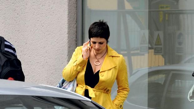 Preden je vstopila v trgovino, se je kar nekaj minut pogovarjala po telefonu. (foto: Primož Predalič)
