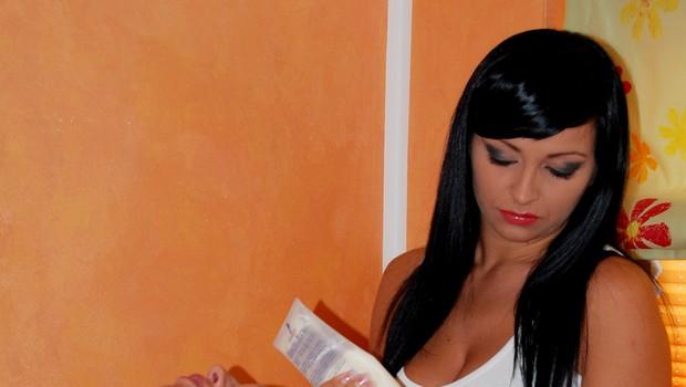 Na obraz ji je s čopičem nanesla masko, ki je njen obraz osvežila. (foto: DonFelipe)