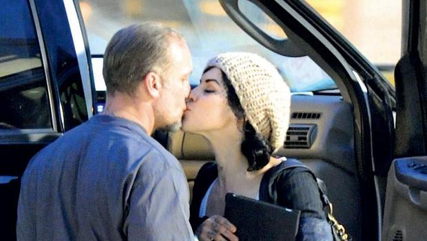 Pred kratkim so ju paparaci ujeli na letališču Austim, ko sta se poljubljala.  (foto: profimedia.hu)