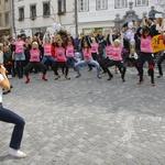 Tekmovalke in tekmovalci so pred štartom malo pomigali pod vodstvom plesalcev iz Kazine. (foto: Grega Gulin)