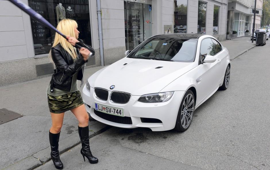 Marjanca se je s kijem za bejzbol lotila prestižnega avtomobila. (foto: Primož Predalič)