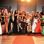 Finalistke Miss Casino Kongo za Miss Earth so pozirale z Majo Jamnik in Saro Frančeškin, ter modnim fotografom Vesminom Kajtazovičem ob koncu prireditve. (foto: DonFelipe)