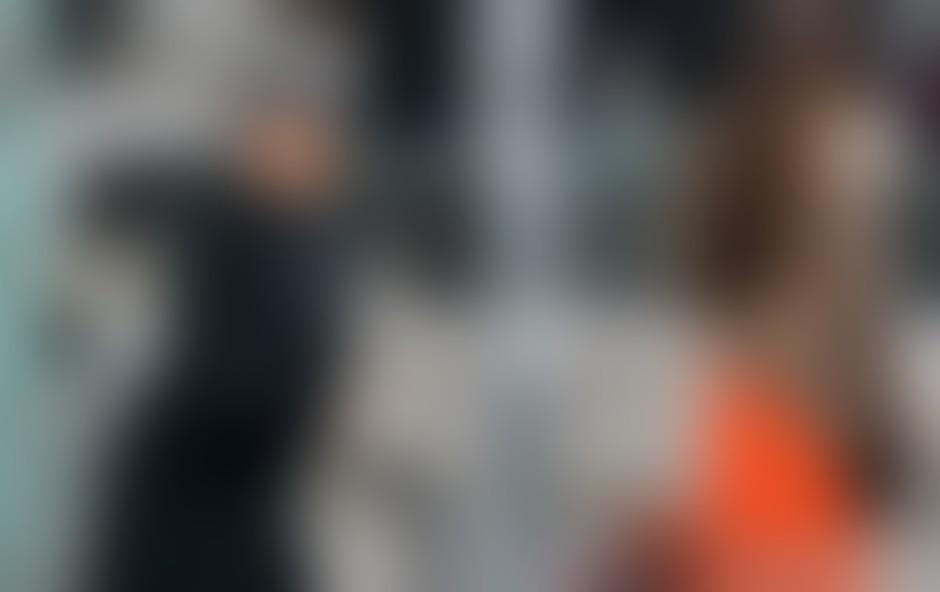 Naš fotograf jo je v objektiv ujel sredi Ljubljane, ko se je z živo rdečim vozičkom odpravila na vsakodnevni sprehod.
