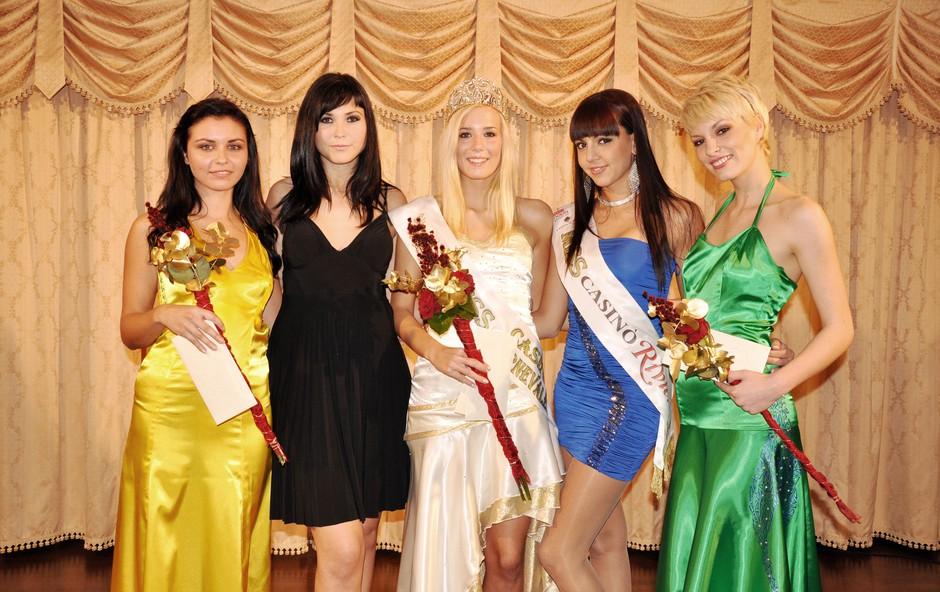 Kristina Lesjak (na sredini) s spremljevalkama Evo Krajšek in Nino Ograjenšek, ter misicama Tanjo Trobec in Ano Lipovšek (Miss Casino Riviera). (foto: govori.se)