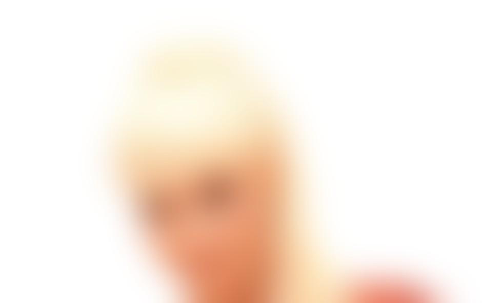 Verjamem, da je Lady Gaga zadnje čase ogrela srčke naših estradnic, in če se že gremo to 'šminkarijo', potem … Alya, imaš moj glas! Predvsem zato, ker si se vidno izboljšala od takrat, ko so ti po glavi hodile pustne šeme in akrobatski dresi. Všeč mi je nepredvidljiva kombinacija barv in detajl v notranjosti 'rokavčka'. Sumim pa, da je vse skupaj malce ceneno, zato bodi previdna pri izbiri materialov.