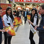 Kranjskim gasilcem so na pomoč pri prodaji koledarja priskočile misice. (foto: Tina Dokl)