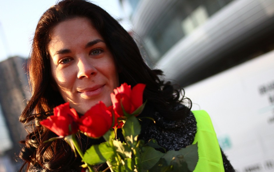 Ivjana je od poslušalcev prejela v dar šopek. (foto: Radio 1 )