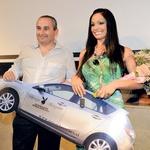 Novo Playboyevo dekle leta Viktorija Manzzini se je najbolj veselila prav velike nagrade – eno leto bo vozila srebrno mazdo 3 sport.  (foto: Sašo Radej in Primož Predalič)