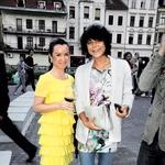 Urednica mode in lepote revije Lea Karin Bizjak in stilistka Petra Rozman sta navdušeni nad ponudbo oblačil.  (foto: Sašo Radej)