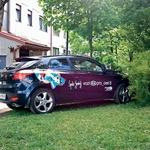 Za dokaz so šli v akcijo in pevkin nepravilno parkirani avto tudi fotografirali. (foto: N. Divja)