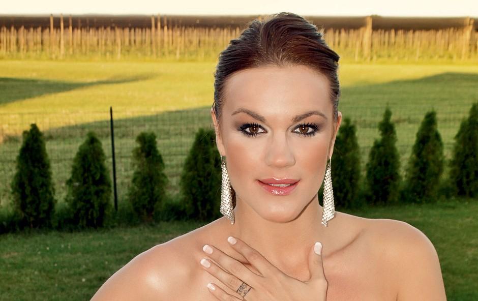 Rebeka je imela teden pred poroko še dekliščino, isti vikend pa še štiri nastope. Kljub temu pa nima časa za počitek, saj ji tega priprave na poroko ne dovolijo. (foto: Story Press)