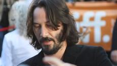 Keanu Reeves presenetil oboževalko: Ustavil se je na dvorišču in se ji podpisal na plakat!
