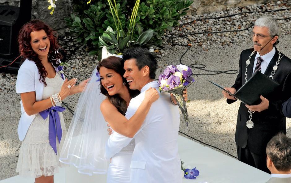 Mladoporočenca sta uživala v svoji poročni pravljici. (foto: Primož Predalič)