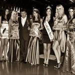 Lepotice z vstopnico za polfinalno tekmovanje Miss Casino Bled za Miss Earth 2012 z direktorjem Borisom Kitekom. (foto: DonFelipe)