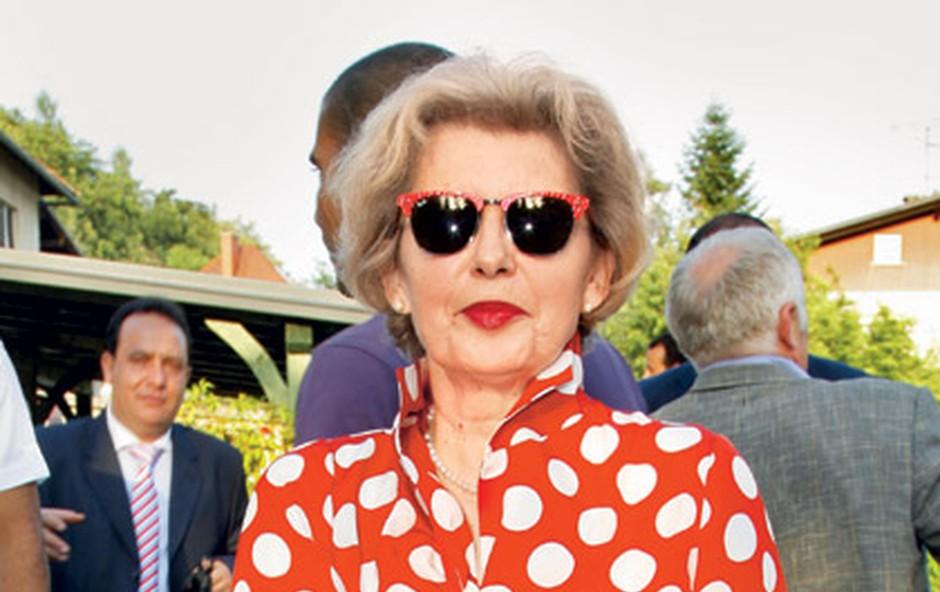 Res noro, kaj naj rečem drugega? Živ dokaz, da imamo dvojnico Vivienne Westwood tudi med Slovenkami. Kako zabaven in odštekan stajling! Kot Mini miška, vulkanski izbruh pikic … pa tudi nekakšen prikaz Rdeče kapice na norih gobah. Čeveljci so prav pravljični, zato me zanima, ali bi se znašla v Kansasu, če bi z njimi dvakrat tlesknila … Najboljša so pa očala, ki tako dobro zaokrožujejo celotno podobo, da jo naredijo še bolj avantgardno.  (foto: Sašo Radej)
