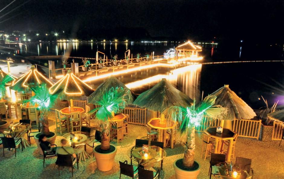 Luksuzen lokal alaya je poletni magnet za medijce. (foto: Primož Predalič)